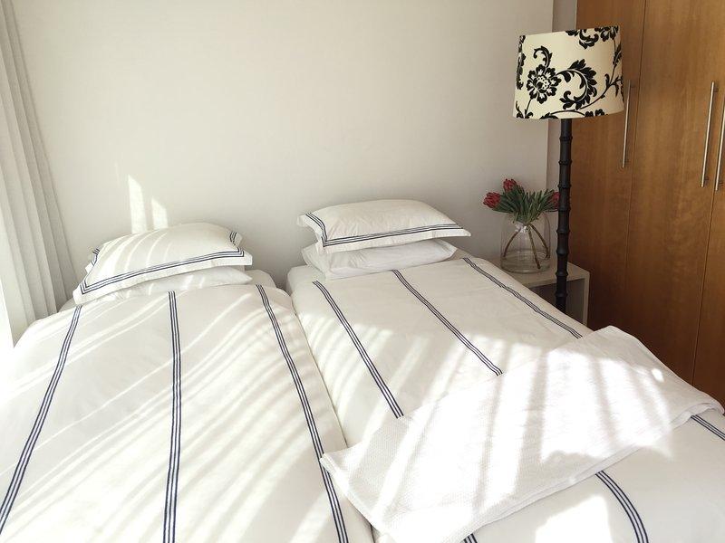 camas individuales en el segundo dormitorio.