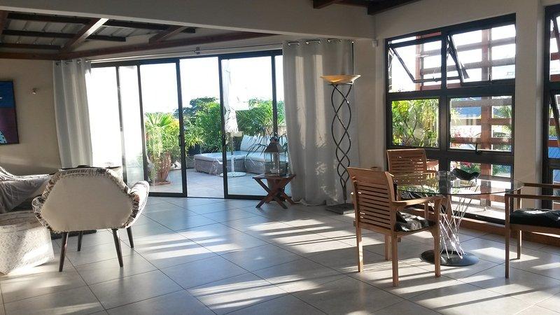 Atrium, central und ruhig Dachterrassenappartement, vacation rental in Grand Baie