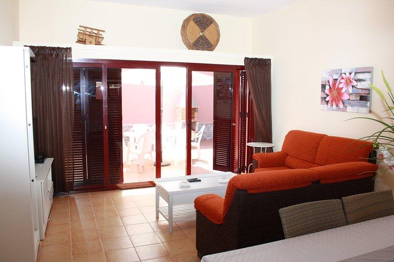 Livingroom, avec bedsofa, chaînes de télévision numérique, tv box android, vidéo et stéréo