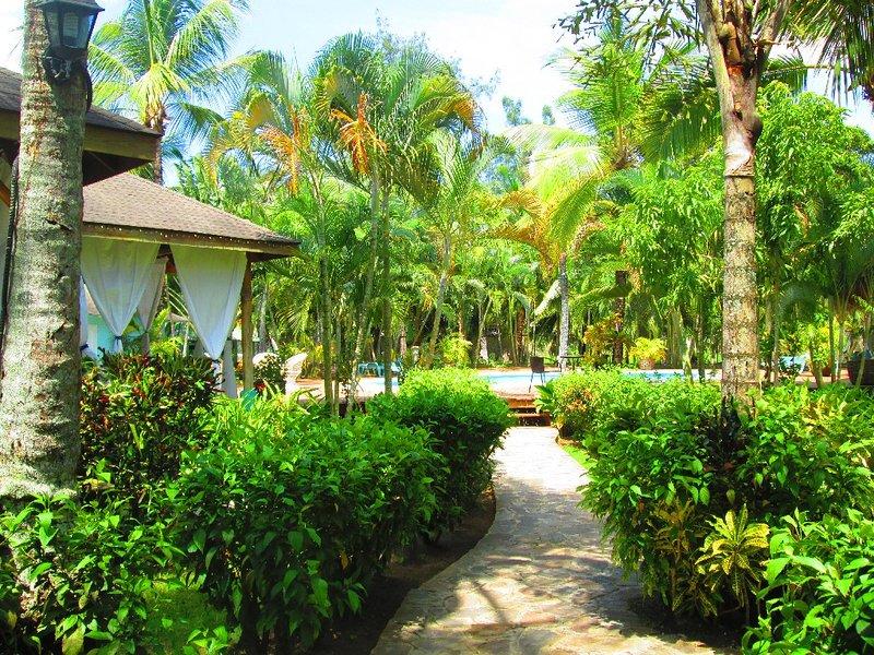 Wandelpad leidt tot het zwembad en twee slaapkamer bungalow