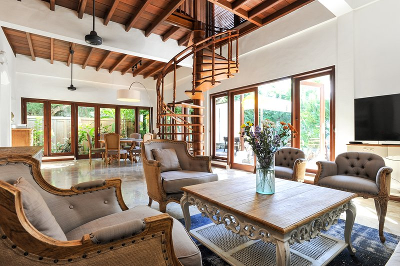 Superb 5bd Villa with pool - Walk to beach & cafes, location de vacances à Sanur