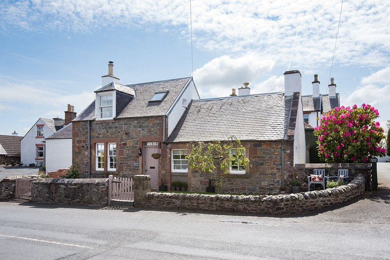 Romantic and cosy, Kirkton Cottage is the perfect get away for couples, families or friends and dogs
