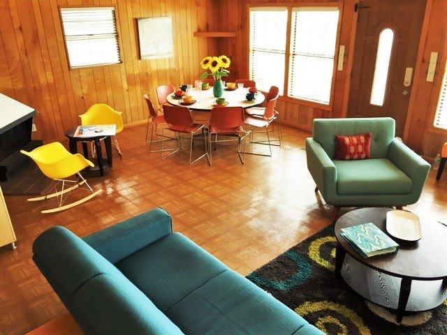 Salon ouvert et salle à manger sous plafond voûté