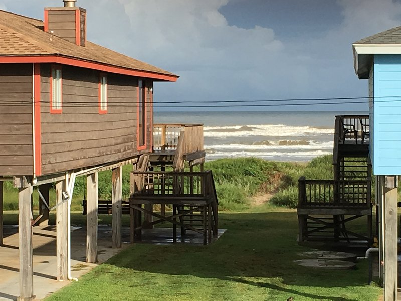 Regardez les vagues depuis les fenêtres à manger ou le pont