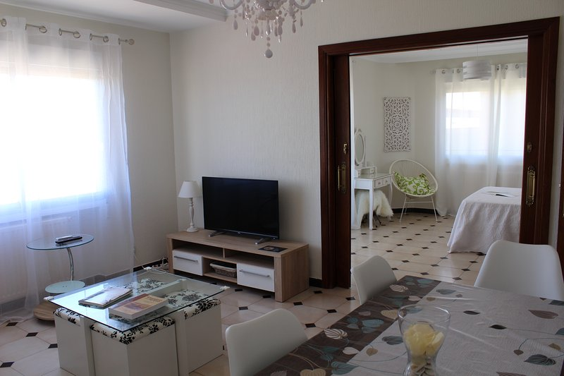 Apartamento de 110 metros cuadrados con tres dormitorios, dos baños, salón y una cocina.