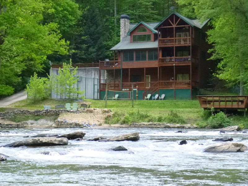 Amenity packed lodge in North Georgia Mountains!, holiday rental in East Ellijay