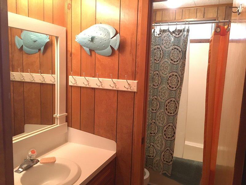 Deuxième salle de bains extérieure chambre avec lits superposés