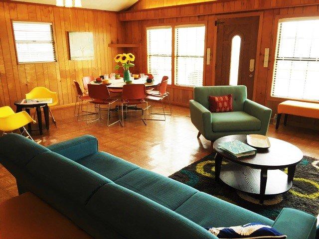 Beaucoup de place pour trois domaines d'activité dans l'espace de vie, ainsi qu'un autre au bar de la cuisine