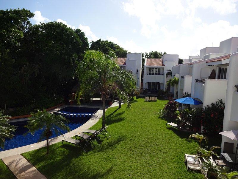 Parte delantera, vista al jardin y piscina desde la recamara con cama  king size