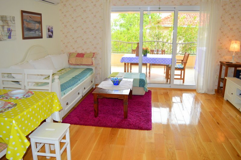 TWO FLOOR APARTMENT 5 MIN WALK FROM THE BEACH, location de vacances à Orebic