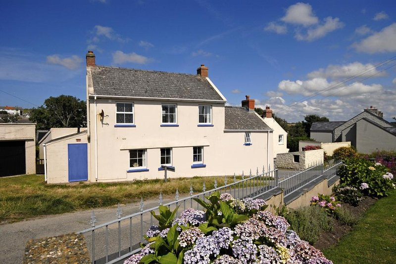 Solva family holiday home on the Pembrokeshire Coast Path - gardens and pets welcome