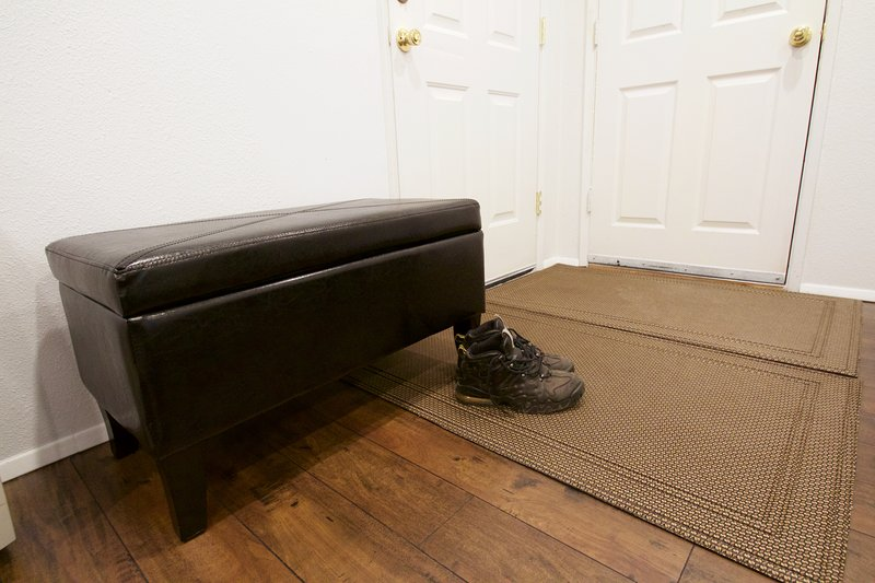 A comfortable bench and entry mat makes it convenient for you to remove your shoes when entering.