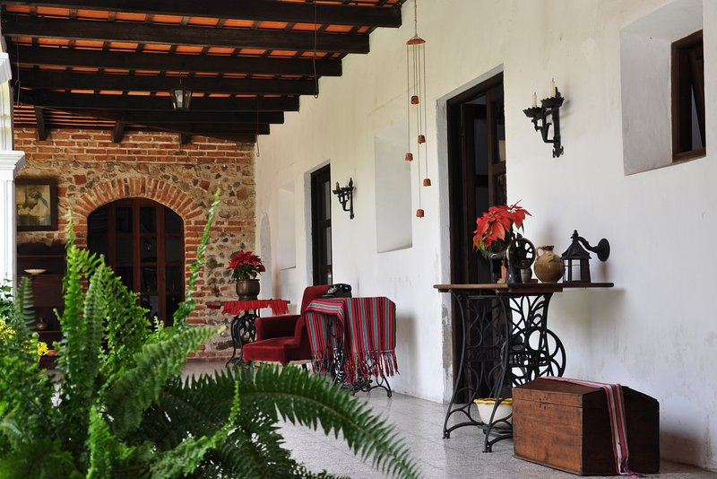 Casona Colonial, Habitacion con vista al Volcan, holiday rental in Guatemala