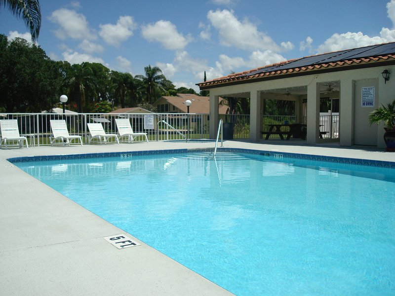 Swimming pool, Jacuzzi and picnic area.