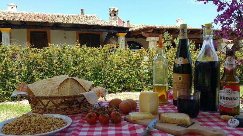 Almoço no terraço com produtos típicos do Ogliastra
