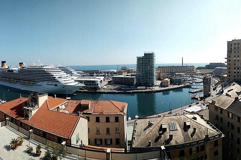 Visão geral do porto de Savona pelo terraço comum do palácio