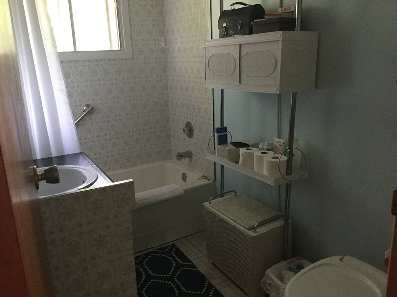 4 piezas de baño con bañera / ducha combinado. Una segunda ducha está en la sauna.