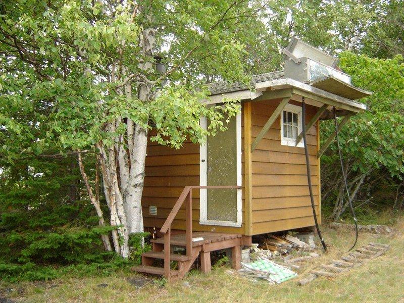 La sauna tiene un calentador solar de agua de proceso por lotes para que pueda tomar una ducha caliente o fría con su sauna.