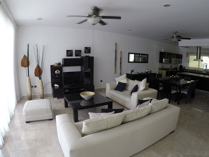 Best Price and Best location at Playa Del Carmen 100mts from Mamitas Beach, Ferienwohnung in Playa del Carmen