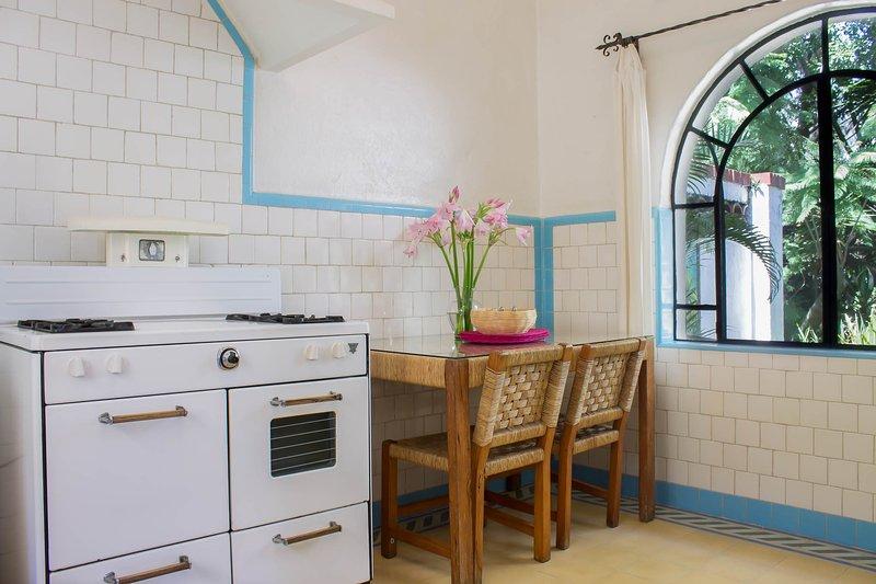 cozinha azulejo com mesa de palha feitos à mão e cadeiras.