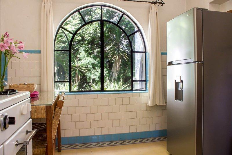 Cozinha equipada com 1950 trabalhando fogão forno. refrigerador de poupança de energia.