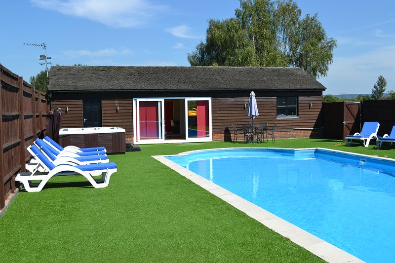 Private Pool, Hot Tub Spa and Garden. Great for alfresco dining or just splashing around.