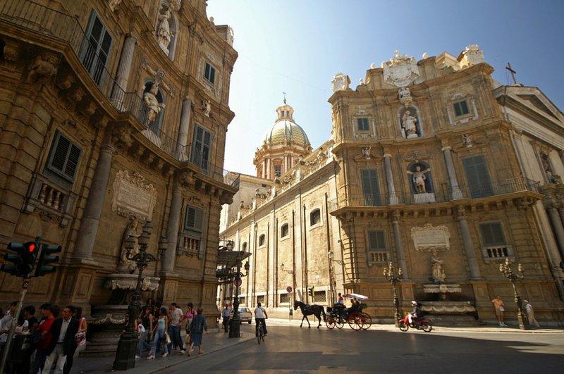 A pochi metri da casa i '4 canti' cuore del centro storico di Palermo