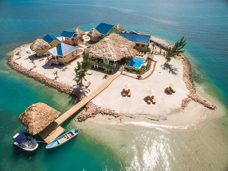 Exclusive Private Island Custom Home with 360 Degree View of the Ocean, aluguéis de temporada em Stann Creek