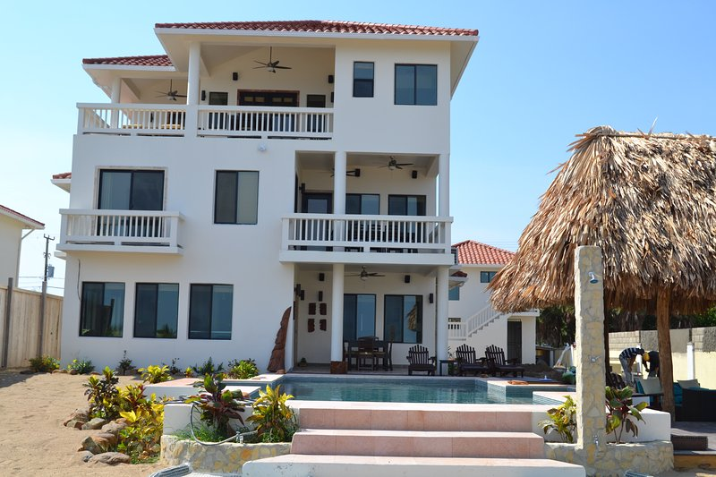 Jammin Gecko is a Private Beach Front 3 Story Custom Home with Pool, aluguéis de temporada em Stann Creek