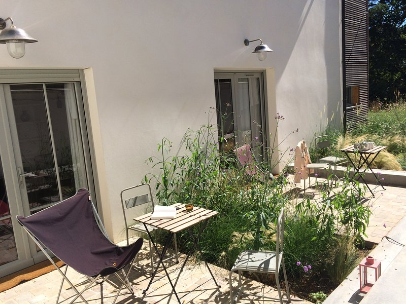 2 studio apartments, 2 side-by-side terraces with friends or family