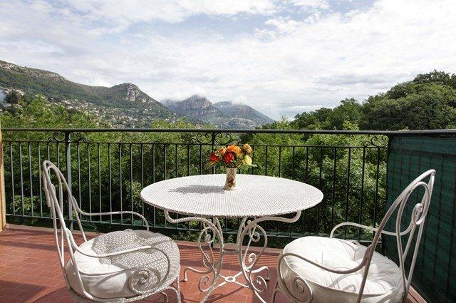 La terrasse ensoleillée avec vue magnifique sur le Baous.