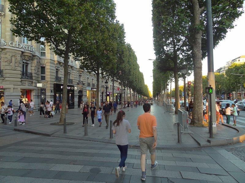 washington street corner / Champs Elysées - in front VUITON Louis and Café / Restaurant and shops FOUQUETS