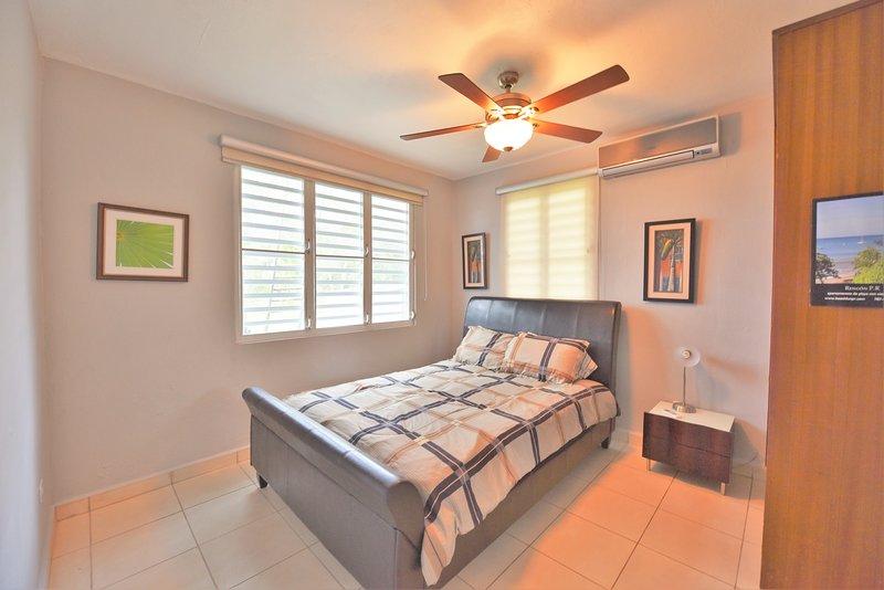 quarto privativo com cama queen size, a / c, ventilador de teto ..