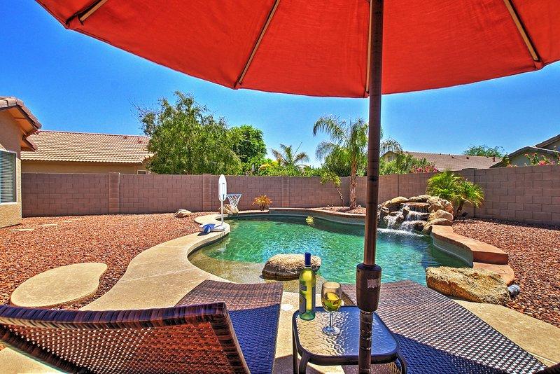 Cette maison de style RAMBLER dispose d'une belle piscine extérieure pour profiter privé