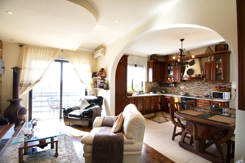 BEAUTIFUL A/C QUEEN Room/Private Bath/B'fast incl., vacation rental in Qawra