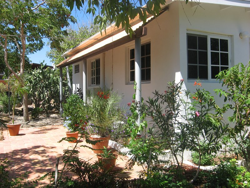 Discover Aruba- Tropical apartment in garden with hummingbirds, location de vacances à Santa Cruz