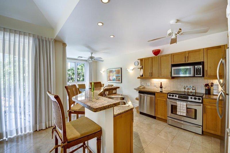 Voll ausgestattete, moderne Küche.