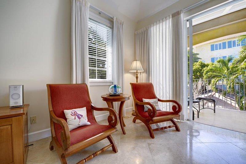 Das Hotel liegt im zweiten Stock mit dem Balkon mit Blick auf den Pool / Garten.