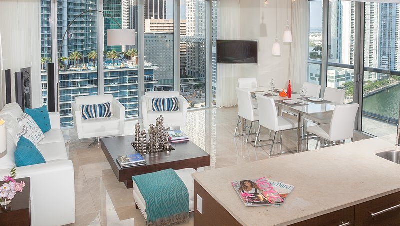 LARGE CORNER CONDO, W MIAMI, FREE SPA, WI-FI  BAY AND RIVER VIEWS