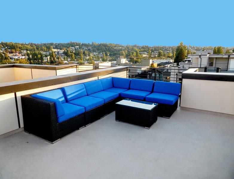cubierta de la azotea con unas 7 piezas conjunto de sofás y vistas panorámicas de Seattle, Mt. Rainier y Olímpico Mts.