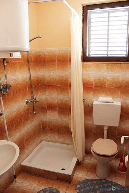 SA2 (2 + 1): salle de bain avec toilette