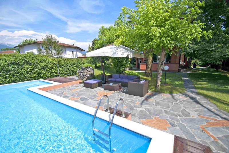 VILLA MARIA Forte dei Marmi with large Pool, Free WiFi, BBQ near to Beach Clubs, vacation rental in Forte Dei Marmi