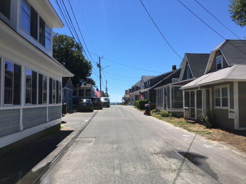Uitzicht op Ocean Avenue naar het strand, slechts een paar huizen verderop! - Vakantiewoningen in Harwich Port Cape Cod New England