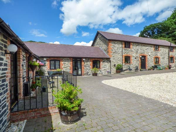 THE CORN STORE spacious accommodation, pet-friendly, quiet location in Corwen, holiday rental in Glyndyfrdwy