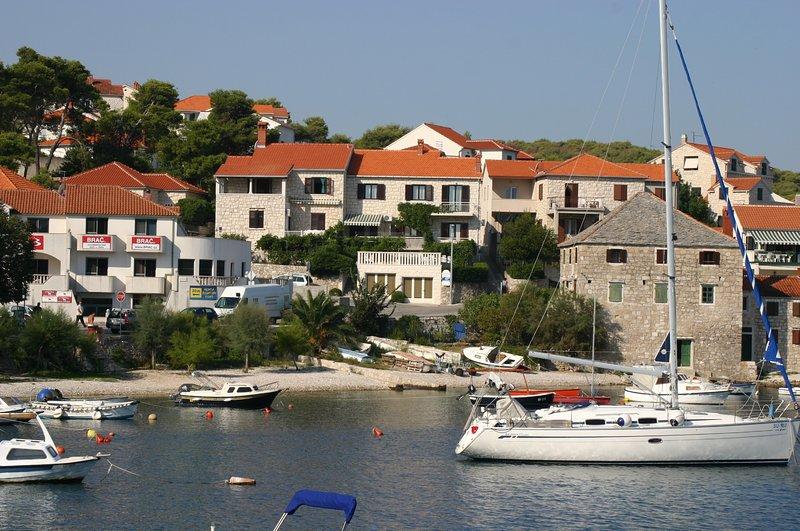 La casa está al lado del mar y la playa. El garaje está delante