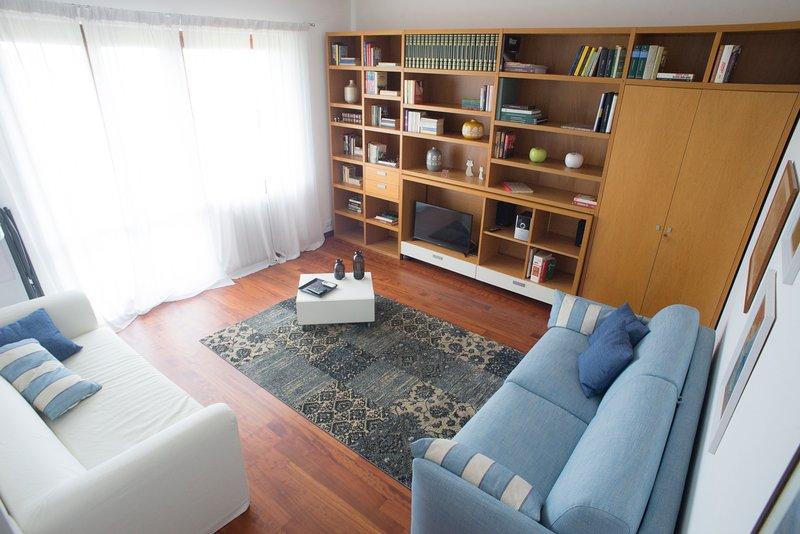 Vardagsrum med bäddsoffa, soffa, SAT / TV, CD-spelare, luftkonditionering och balkong