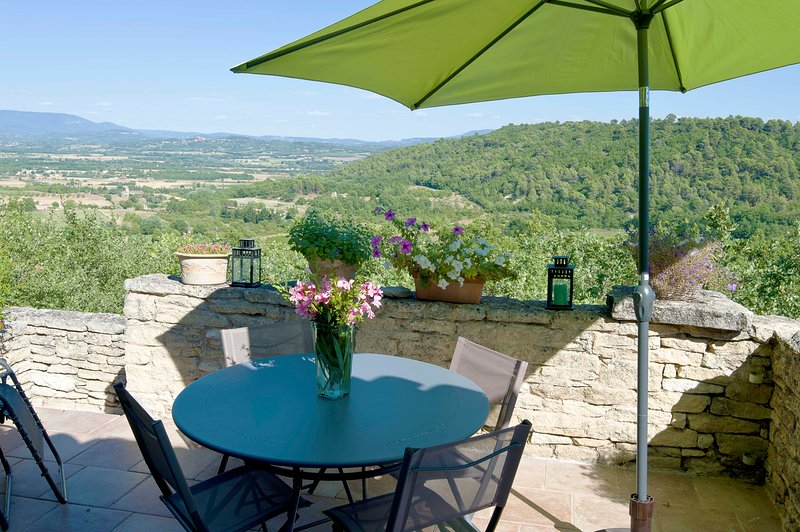 The superb view overlooking the Luberon from the terrace