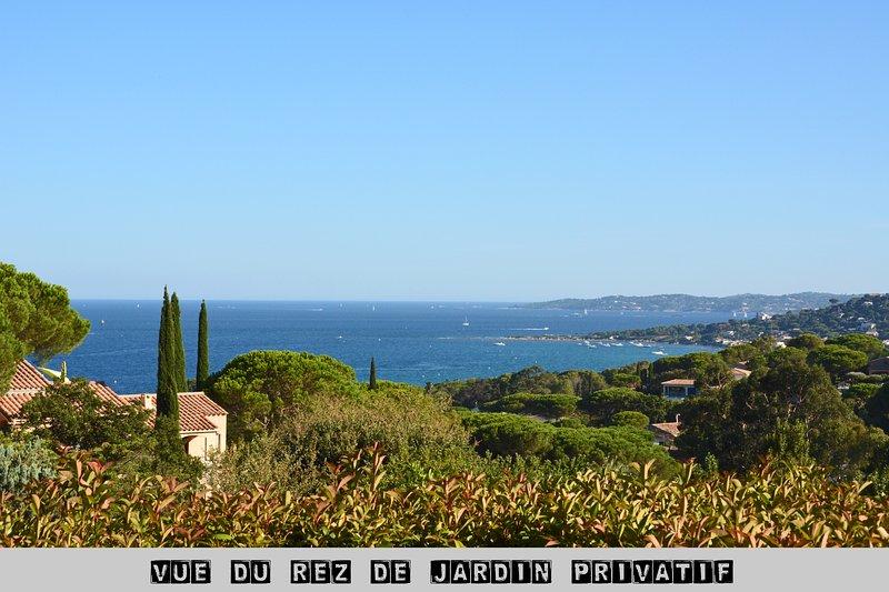 Vue du jardin privatif de l'appartement sur la plage de la nartelle et le golfe de Saint-Tropez
