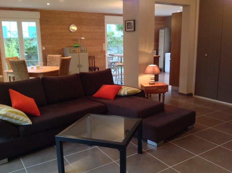 Villa 6 pers, à 50 m de la plage et mer, grand jardin, belle terrasse en bois., holiday rental in Regneville-sur-Mer