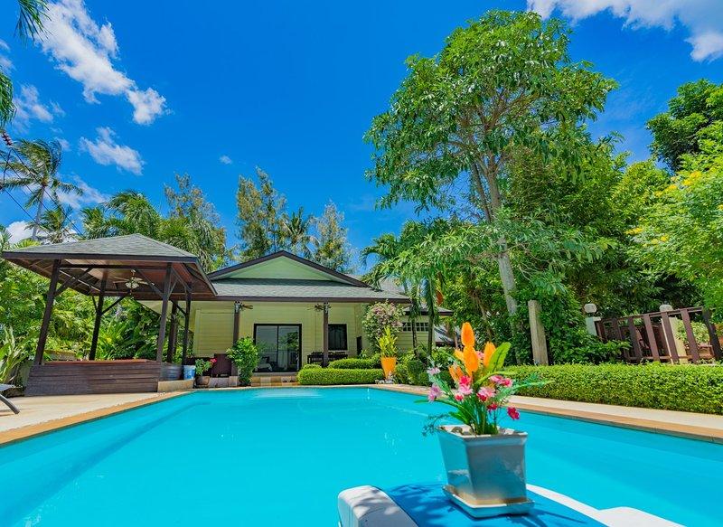 ❤️5 BR Beachside Villa ⛱ 2 Minute Walk To The Beach ✅ Shops & Restaurants Nearby, holiday rental in Laem Set